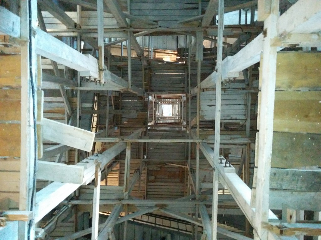 Строительные леса внутри башни. Вид снизу.