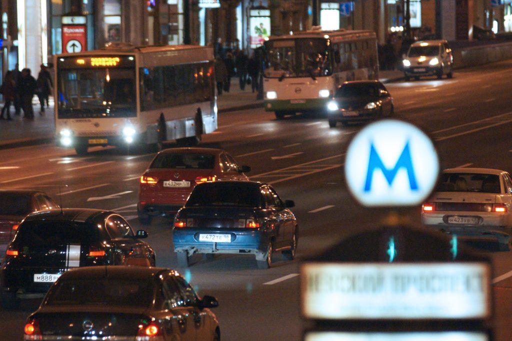 Автобус едет по Невскому проспекту.